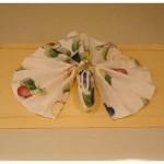 Coloque o guardanapo na mesa e organize as pregas uniformemente.