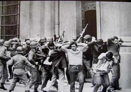 Jovens sendo presos por se manifestarem contra a ditadura.