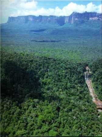 Com pequena área em território brasileiro, ainda assim representa um dos pontos culminantes de nosso país, com 2.875 metros de altitude