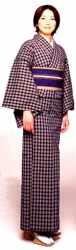 Fashion kimono: temas abstratos, geométricos e estamparia moderna e o insubstituível toque da seda fizeram as japonesas voltarem a usar kimonos no século XXI - Saita Mook, Shiba Park-sha
