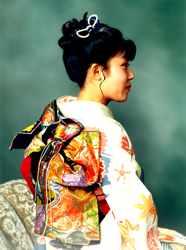 Acima, detalhe do laço do obi nas costas.