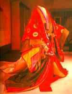 Reprodução moderna de um jûni-hitoe, usado na Era Heian (794-1185).
