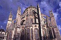 A catedral Saint-Etienne (final do século XII - início do século XIV), em Bougres, é uma das mais admiráveis edificações góticas da França.