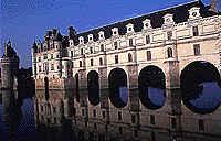A graça de Chenonceau, que avança sobre o Cher, moradia de Diane de Poitiers e depois de Catherine de Médicis.