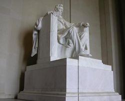 O Lincoln Memorial, que homenageia Abraham Lincoln, um dos Presidentes americanos mais famosos do país, e que foi assassinado na cidade.
