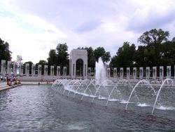 O World War II Memorial, aberto ao público em 2004, que homenageia os soldados mortos na Segunda Guerra Mundial.