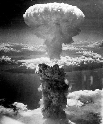 Explosão de bomba atômica lançada pelos Estados Unidos nas cidades de Hiroshima e Nagasaki, no Japão, em 1945