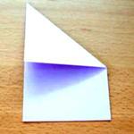 Dobre o canto superior direito na diagonal até a borda encostar do outro lado.