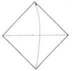 Prepare uma folha quadrada e a dobre ao meio pelas pontas. Para este projeto prefira um papel mais resistente e impermeável.