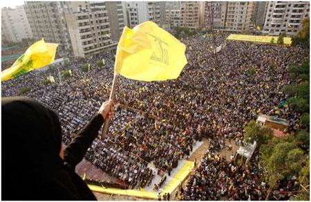 Populares em foto de manifestação pública em apoio aos atos do Hezbollah