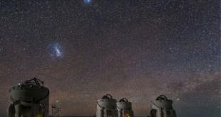 As Pequenas e Grandes Nuvens de Magalhães visíveis sobre o Observatório Paranal no Chile